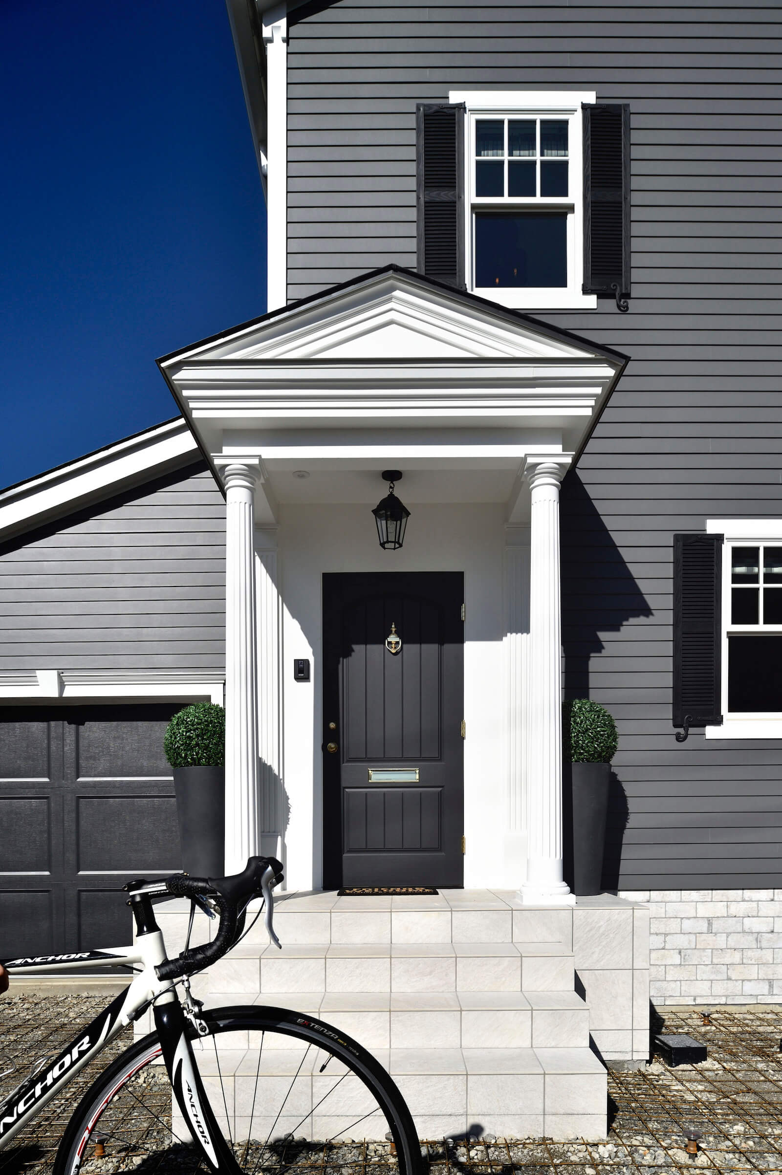 アーリーアメリカンの輸入住宅の玄関ドア