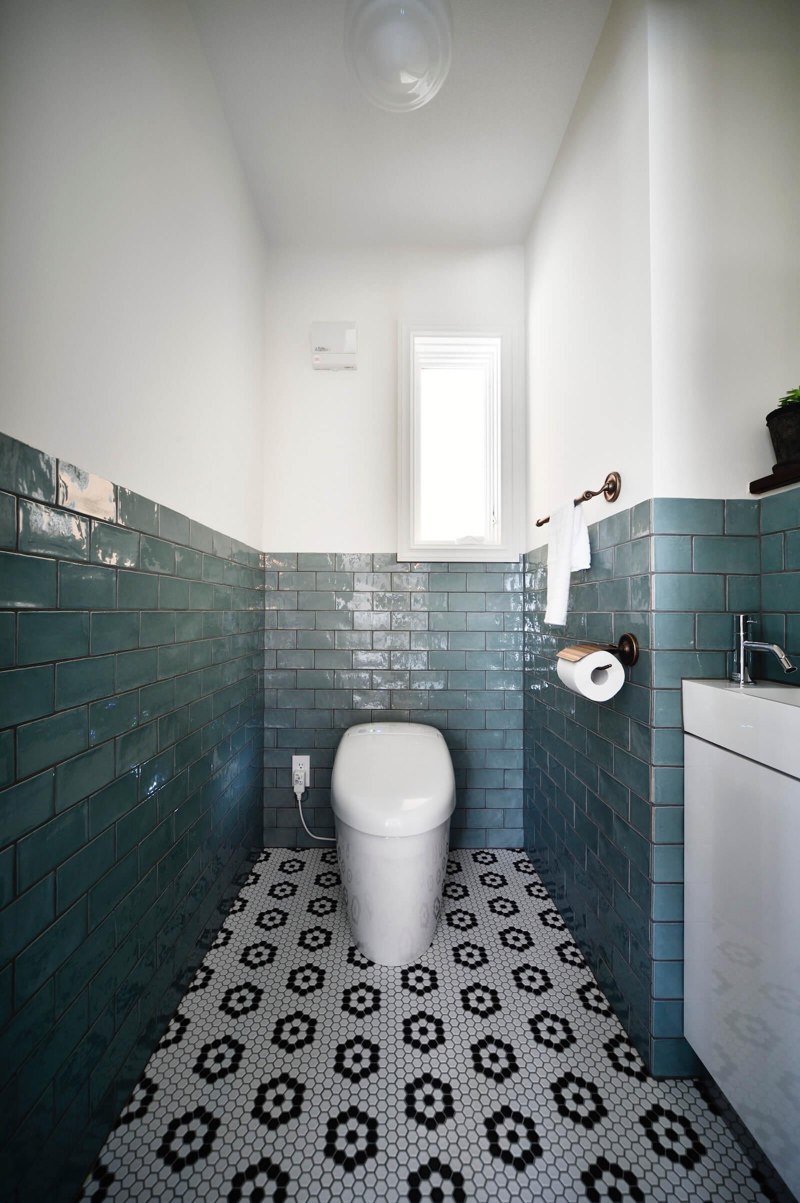 アーリーアメリカンの輸入住宅のトイレ
