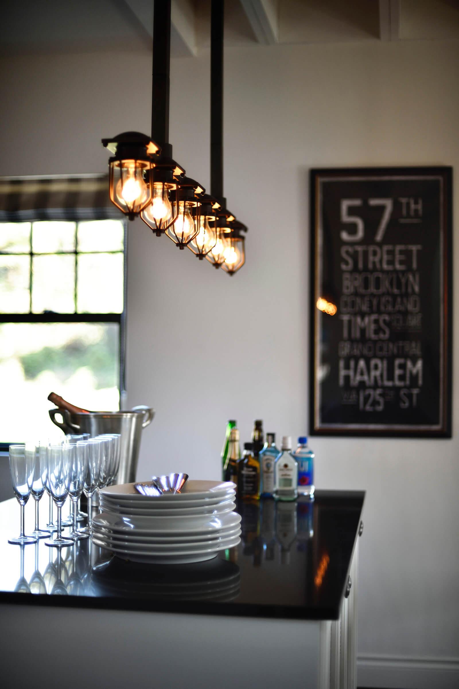 アーリーアメリカンの輸入住宅のキッチン照明